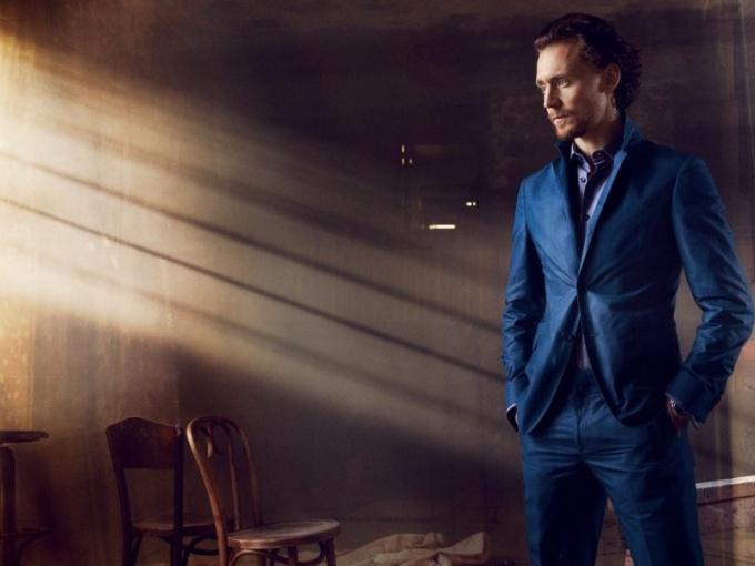 С чем носить синий костюм мужчине
