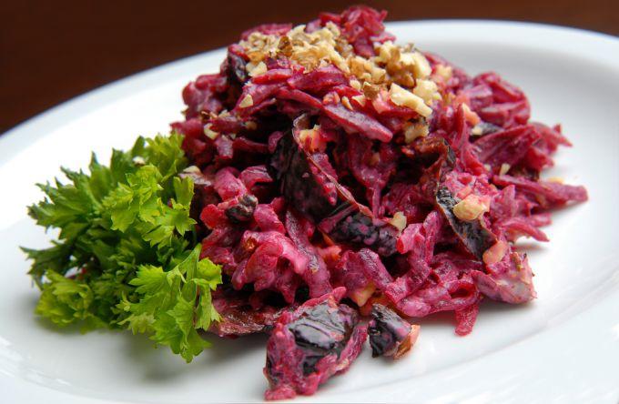Богатые витаминами блюда: салат из свеклы и чернослива