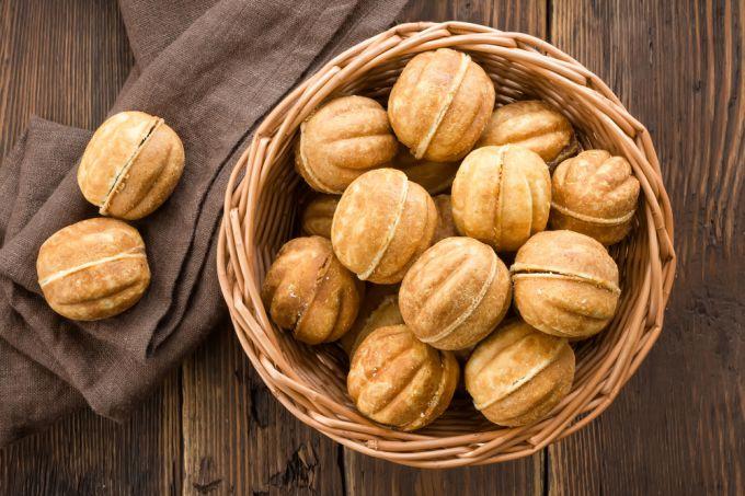 Как испечь орешки со сгущенкой