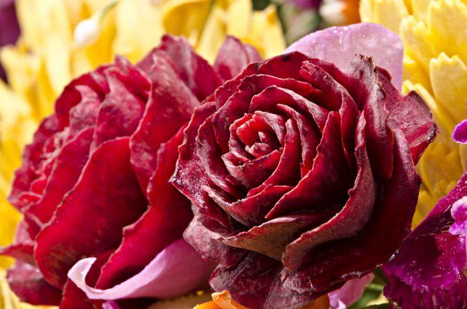 Красивая овощная нарезка: розы из свеклы