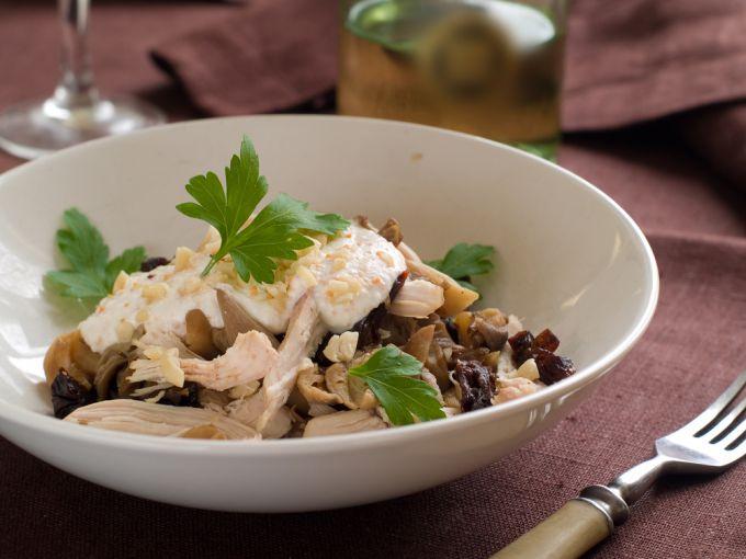 Рецепт приготовления салата из курицы, чернослива и огурца