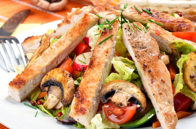 Сборник популярных рецептов салатов с курицей и грибами