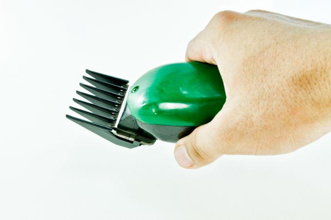 Стрижемся самостоятельно при помощи удобной машинки для стрижки волос