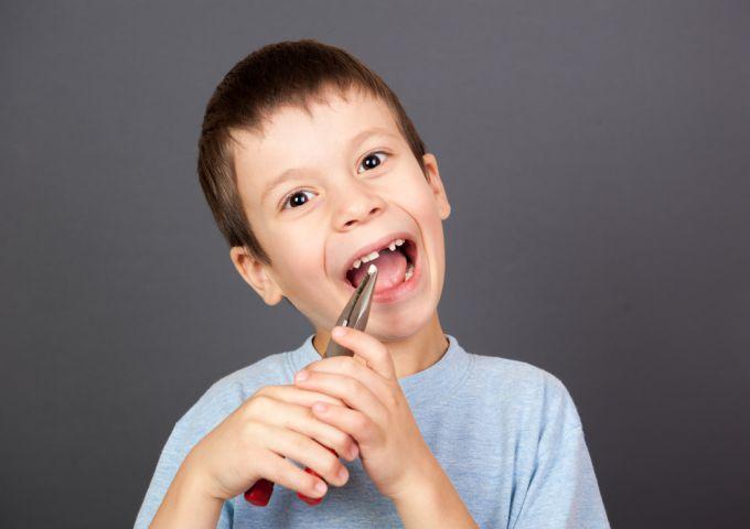 Удаление молочного зуба у ребенка