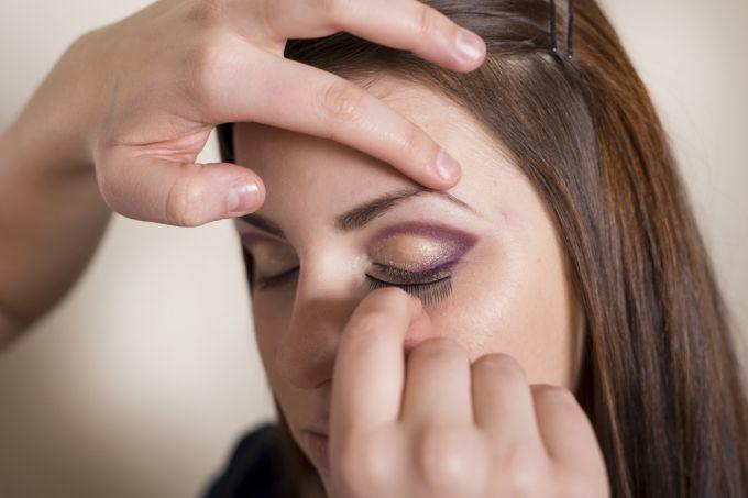 Video instructions for gluing false eyelashes