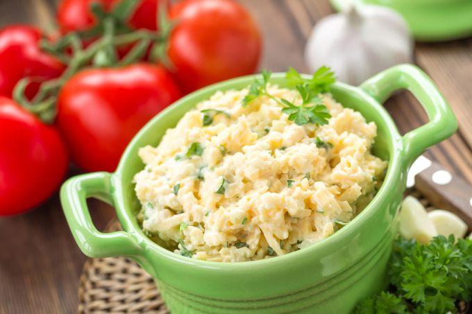 Для любителей пикантных закусок: сырные салаты