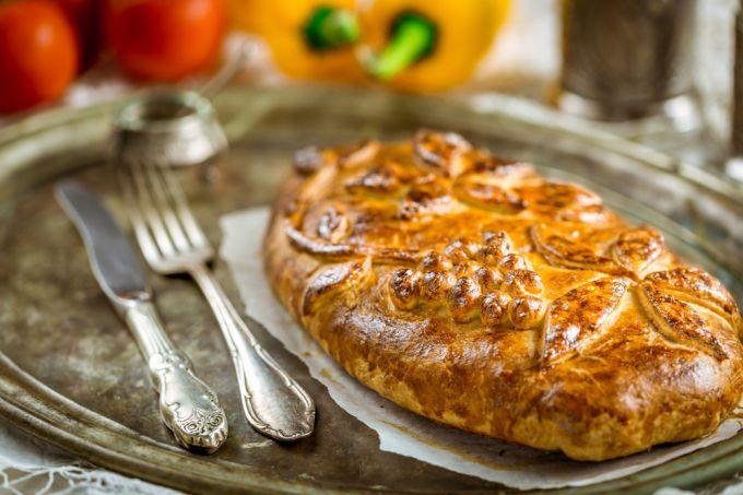 Национальное русское блюдо - кулебяка с мясом