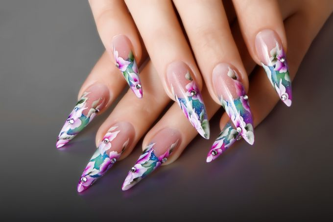 Acrylic painting on nails: we paint easily and beautifully
