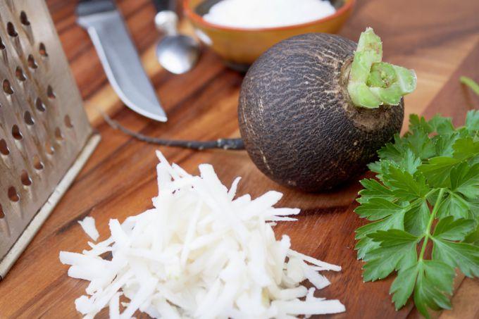 Готовим витаминный салат из черной редьки