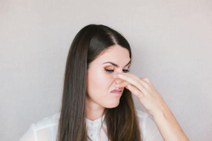 Причины возникновения и методы лечения неприятного запаха из носа