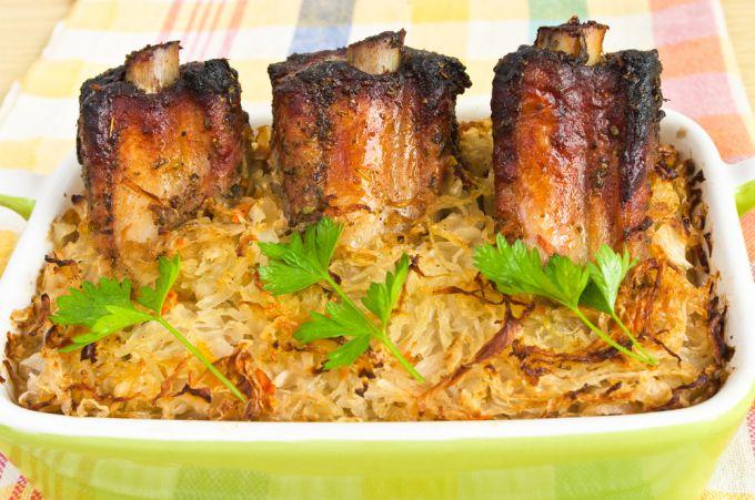 Рецепт: капуста тушеная со свиными ребрышками