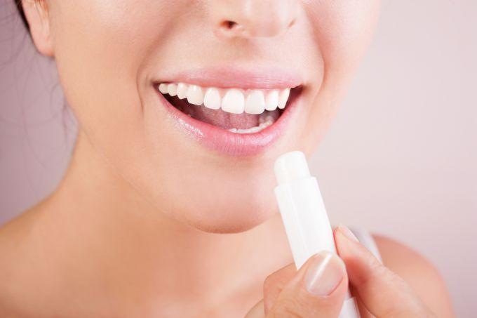 Увлажняем и питаем губки в домашних условиях: как выбрать лучший бальзам для губ?