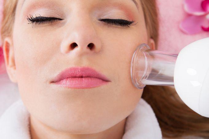 Чистка проблемной кожи с помощью вакуумного щадящего очистителя