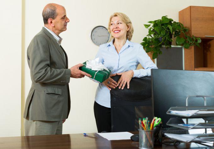Что подарить начальнику на торжество?