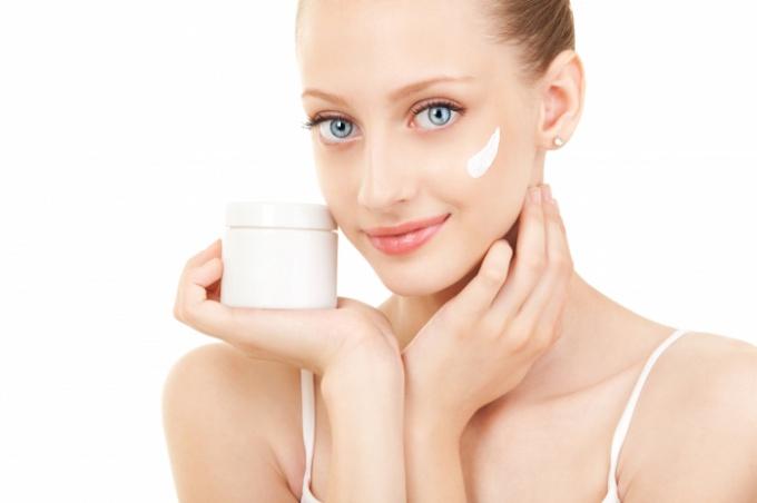 Как сделать увлажняющий крем для лица в домашних условиях