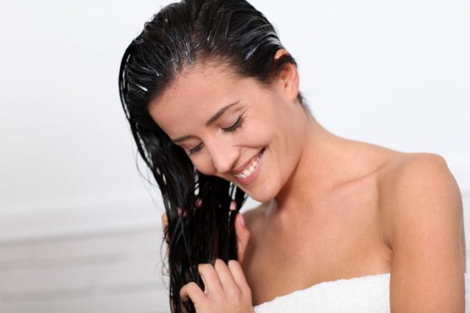 Как удалить с волос репейное масло после оздоравливающих процедур