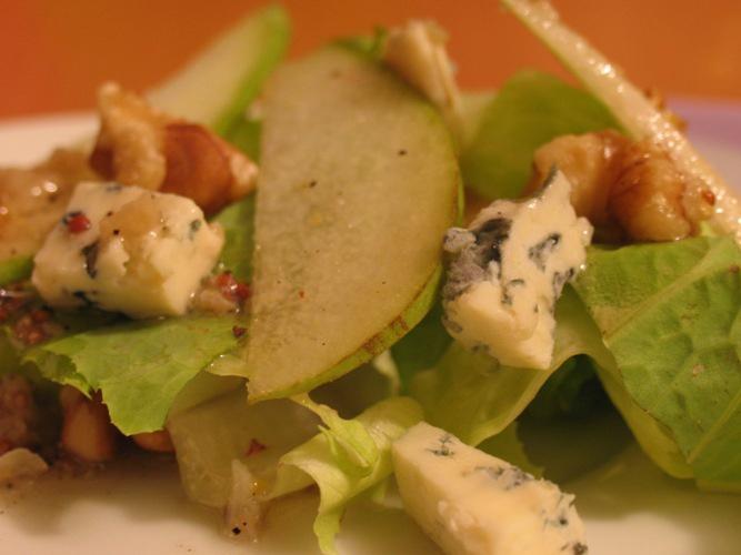 Салат с курицей и голубым чеширским сыром