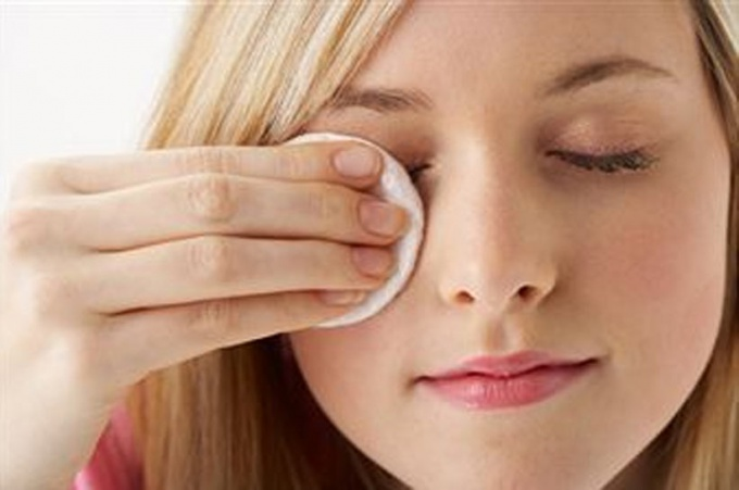 How to remove makeup from eyes without the help of milk or tonic