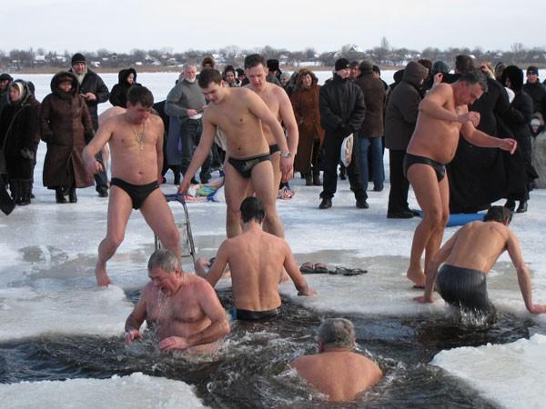 Обязательно ли православному купаться в проруби на Крещение