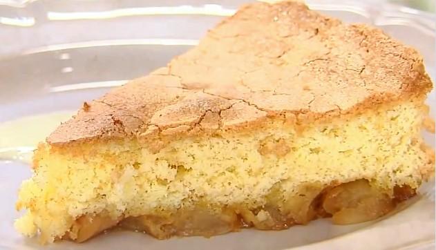 Вы никак не можете подобрать подходящий рецепт «Шарлотки»? Пирог постоянно получается плоским и не слишком аппетитным. Яблоки внутри не пропекаются, а тесто вокруг них остаётся сырым? Нежный, пышный бисквит, сочные яблочные дольки и упоительный запах ванили, такой простой десерт может приготовить даже ребёнок!