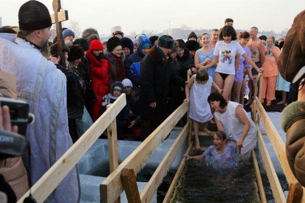 До какого времени принято окунаться в прорубь на Крещение