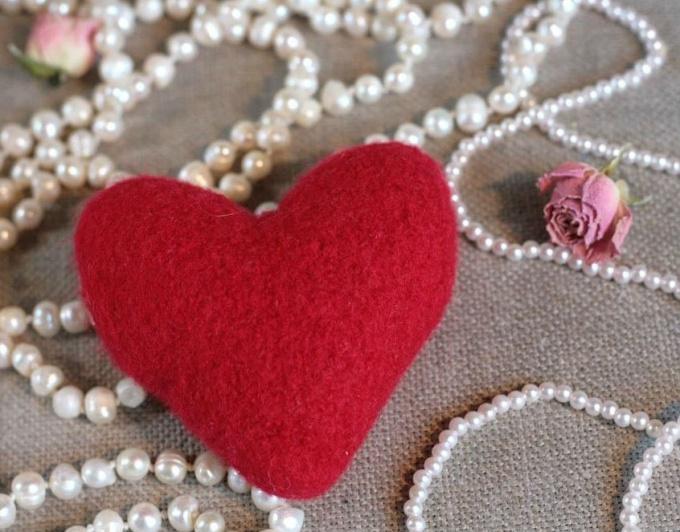 валентинка из шерсти - теплый сувенир