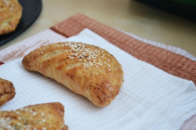 Как приготовить закусочные пирожки с сайрой