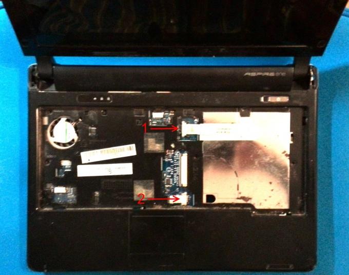 Отключаем шлейфы нетбука Acer Aspire One
