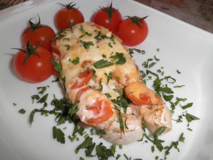 Как запечь семгу с сыром и помидорами