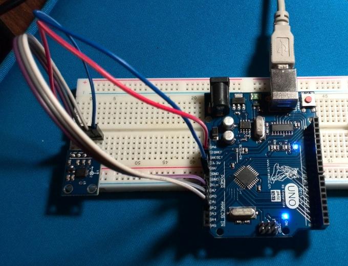 Аналоговый акселерометр ADXL335 подключён к Arduino