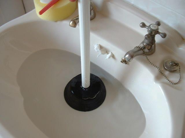 Как устранить засор в канализационных трубах