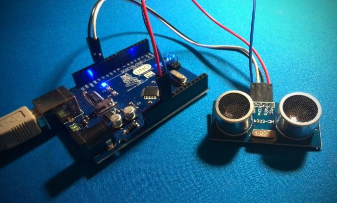 Arduino с подключённым ультразвуковым дальномером HC-SR04