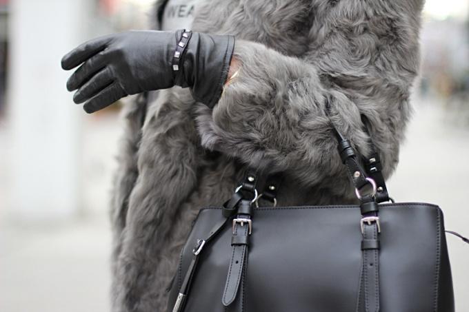 Какую сумку носить с шубой