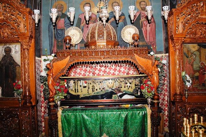 Как освящаются иконы на святых мощах