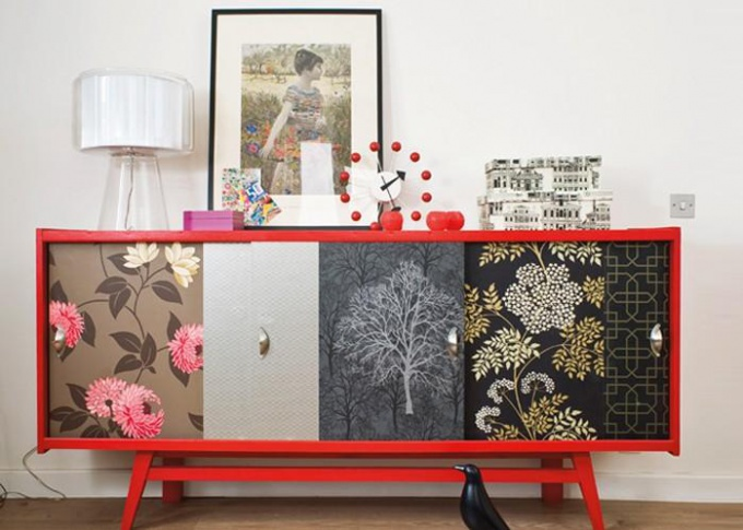 How to update an old wardrobe with the help of Wallpaper