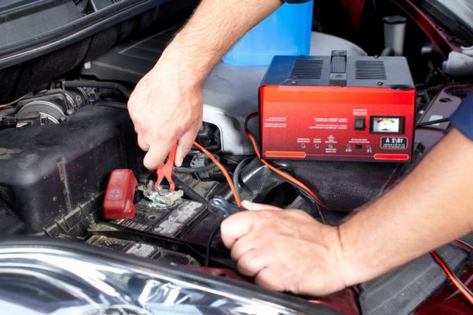 Узнайте, как зарядить автомобильный аккумулятор зарядным устройством