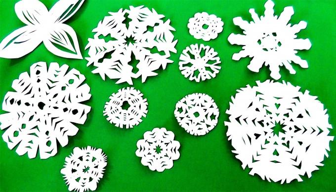 Вы можете вырезать снежинки из бумаги своими руками поэтапно