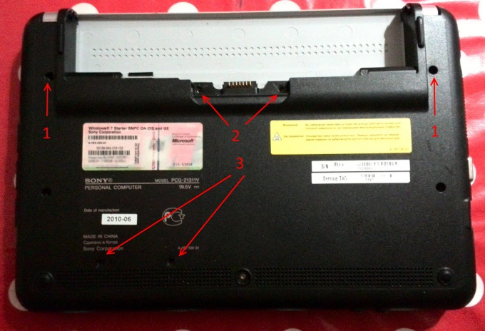 Выкручиваем винты на нижней части нетбука Sony Vaio PCG-21311V