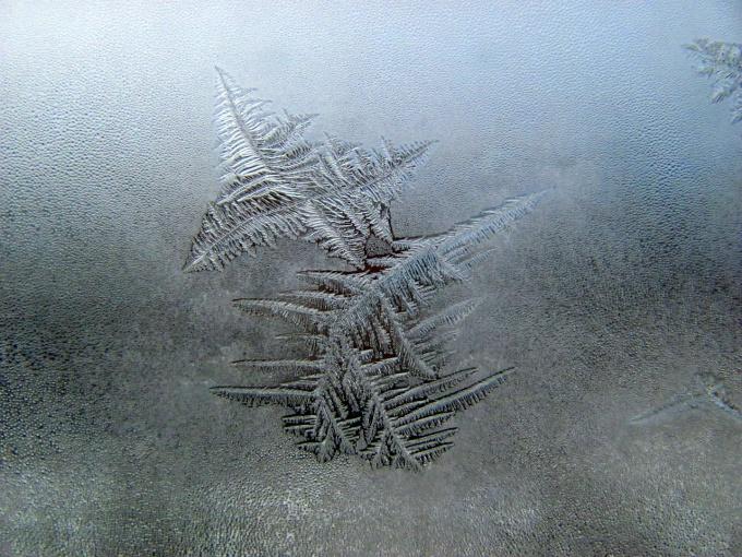 Как просто украсить зимнее окно