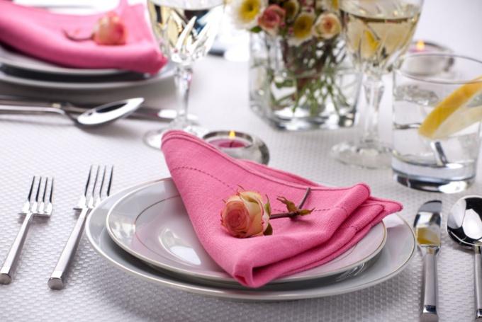 Узнайте, как прекрасно сложить салфетки на торжественном столе