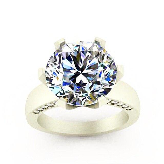 Фианит - самая популярная имитация бриллианта.