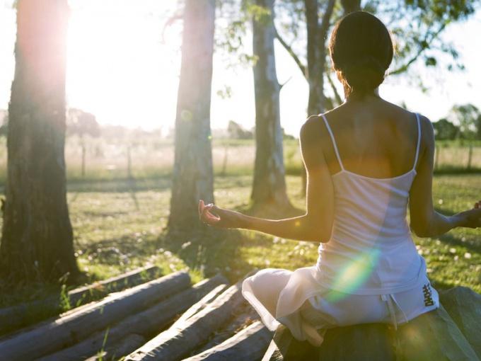 С помощью медитации можно остановить мысли и наполниться энергией для достижения цели