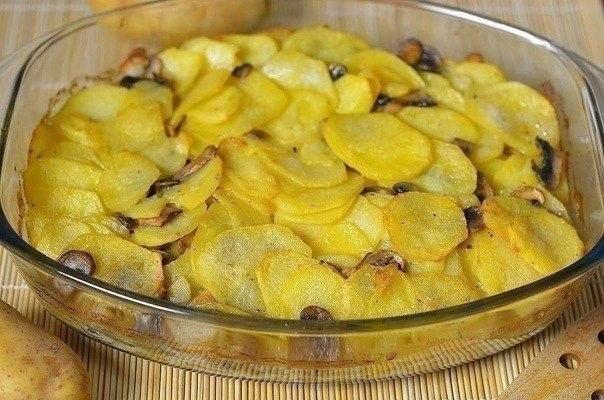 Картошка тушеная с грибами в сметане