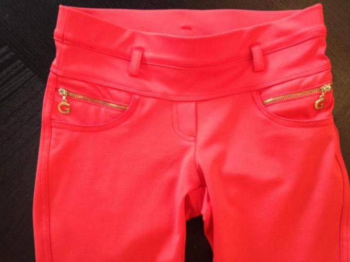 С чем носить коралловые брюки