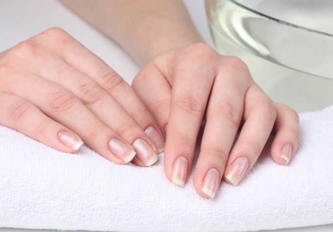 How to strengthen the nails with the help of trays
