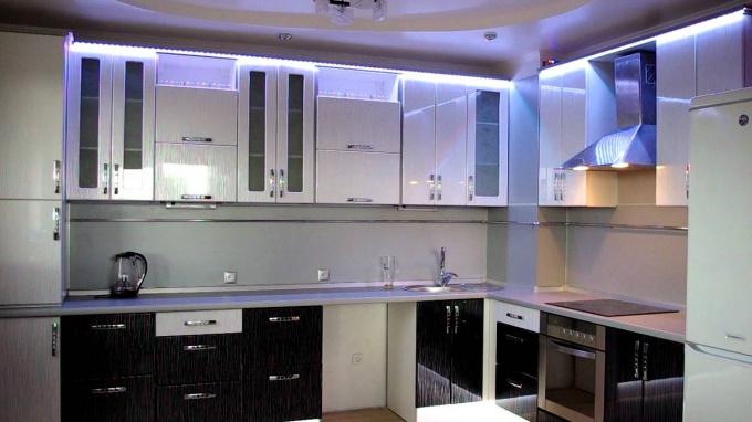 Сочетание теплых и холодных тонов в освещении на кухне создают особый уют