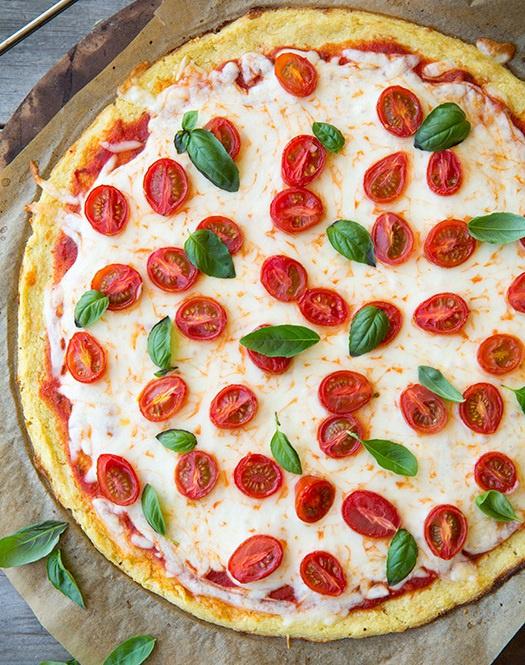 Пицца из цветной капусты с помидорами черри и базиликом
