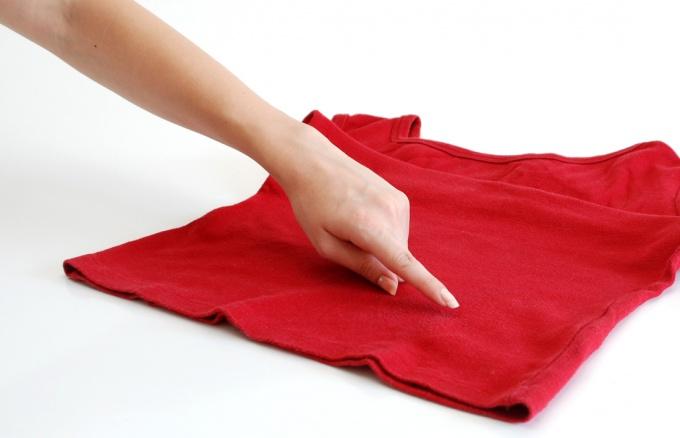 Удалять пятнышка главно, не дожидаясь их закрепления на ткани