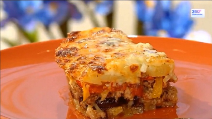 Мусака – это вид мясной запеканки, которую изобрели в Греции. Традиционно слоёное блюдо готовят с сочным мясным фаршем – бараньим или говяжьем, сладкими помидорами и овощами, хорошенько приправляют специями. В греческую мусаку обязательно кладут баклажаны. Остальные овощи могут быть любыми – картофель, лук, кабачок и даже зелёный горошек или белокочанная капуста.
