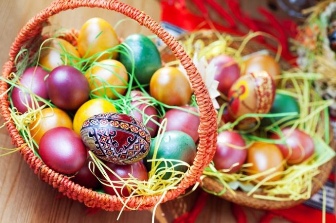 Как красиво покрасить яйца к Пасхе